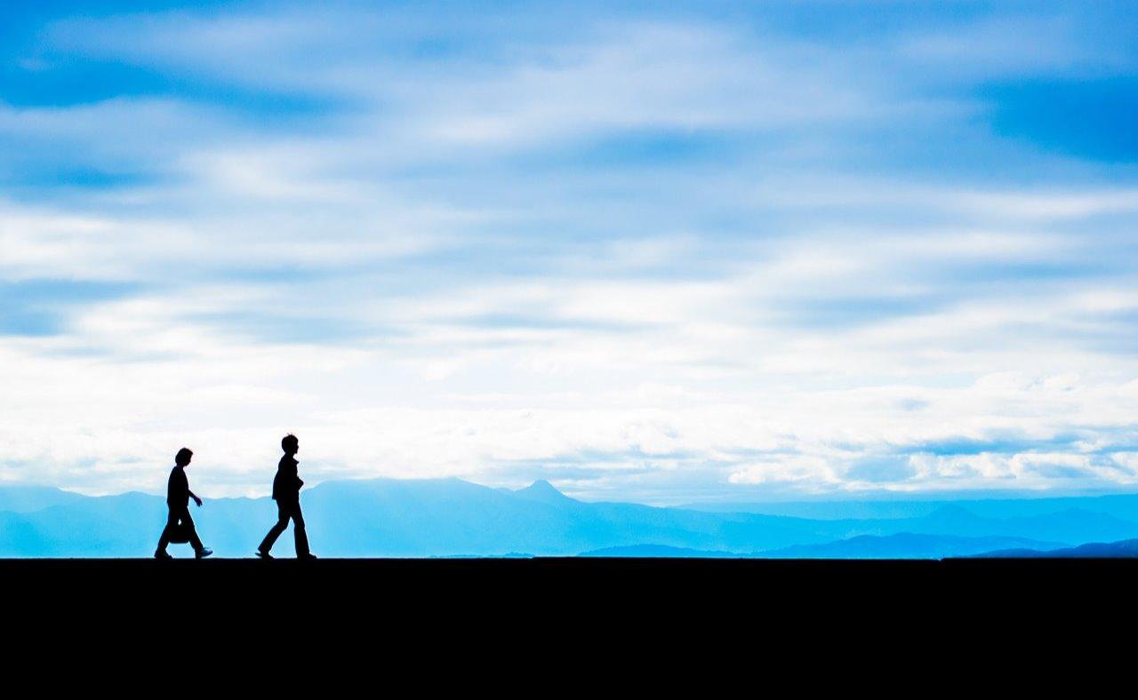 空の下を歩く親子