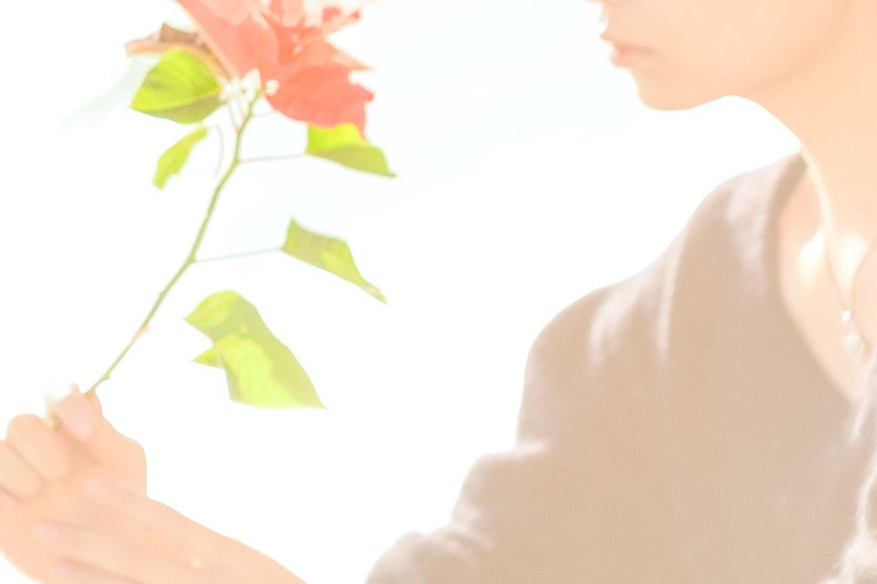 切り花をもっている女性